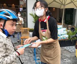 Hàng loạt cửa hàng ở Đà Nẵng phát khẩu trang miễn phí