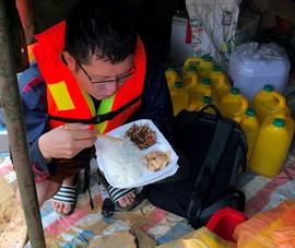 Bánh chưng, cơm nghĩa tình giữa nước lũ Quảng Bình