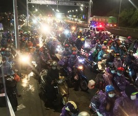 Cả ngàn người hồi hương chạy xe máy qua hầm Hải Vân trong đêm