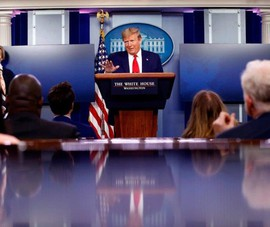 Lệnh tạm ngưng nhập cư của ông Trump áp với những ai, bỏ ai?