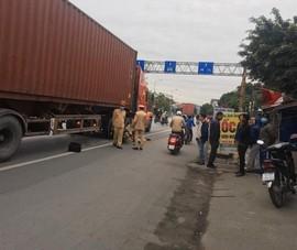 Giúp người đi xe máy gặp nạn, bị xe container tông tử vong
