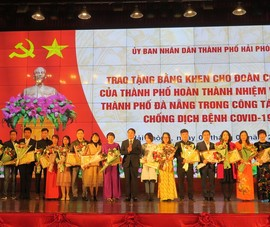 Tặng bằng khen đoàn y tế hỗ trợ Đà Nẵng chống dịch COVID-19