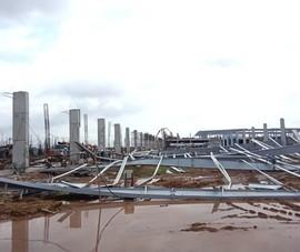 Hệ thống kết cấu thép khu nhà xưởng đang thi công đổ sập