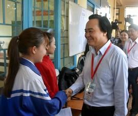 Thí sinh Đắk Lắk bất ngờ vì được Bộ trưởng Nhạ đến hỏi thăm