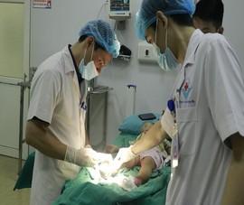 Đắp thuốc nam chữa bỏng, hai chân bé 17 tháng nhiễm trùng nặng