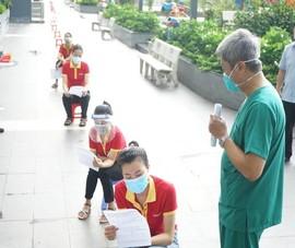 Thứ trưởng Nguyễn Trường Sơn hướng dẫn người dân tự lấy mẫu xét nghiệm COVID-19