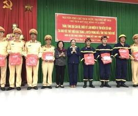 Quỹ học bổng Vừ A Dính tặng quà lực lượng cứu hộ Rào Trăng 3