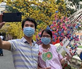 Bà bầu đi dạo, check in đường hoa xuân trong Bệnh viện Từ Dũ