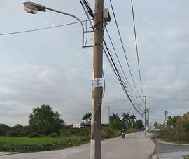Những cây cột điện mọc giữa đường
