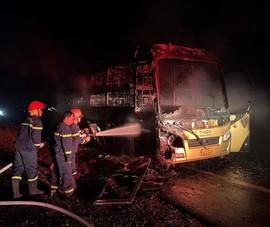 Xe khách giường nằm cháy rụi lúc rạng sáng