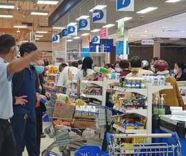 Nhiều người chen chân mua hàng hóa trước giờ TP Buôn Ma Thuột giãn cách