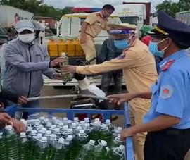 Cảnh sát phát xăng, nhu yếu phẩm miễn phí cho hàng trăm người đi đường