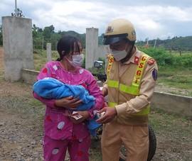 CSGT Đắk Nông hỗ trợ đưa mẹ con sản phụ vừa ra viện về nhà