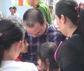 Tài xế container tông chết 5 người ôm con khóc nức nở rời tòa