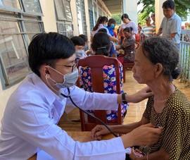 Niềm vui khi được nhận quà từ bác sĩ và công an