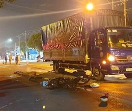 Bình Dương: Bé gái 14 tuổi chạy xe máy tông ô tô tải tử vong