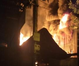 Bình Dương: Cháy lớn lúc rạng sáng, người dân ôm đồ bỏ chạy