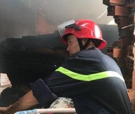 Bình Dương: Dân tháo chạy vì cháy công ty ván ép sát bên