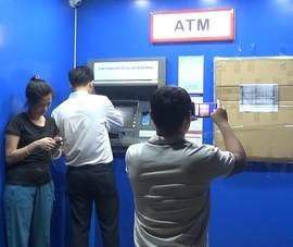 Bình Dương: Người đàn ông vác búa đập nát máy ATM