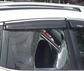Bình Dương: Nhóm người chặn ô tô đập phá, bắt người