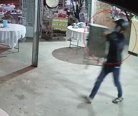 Hi hữu: 2 thanh niên trộm thùng tiền phúng điếu tại đám ma