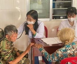 Khám, phát thuốc miễn phí cho hàng trăm người già và trẻ em