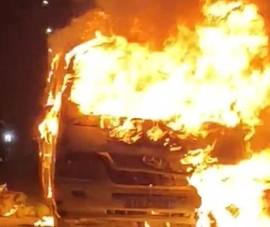Bình Dương: Xe 12 chỗ bị lửa thiêu rụi trong đêm