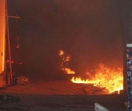 Cháy lớn thiêu rụi nhiều ki-ốt ở Bình Dương