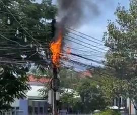 Hỏa hoạn trong khu dân cư, xe cứu hỏa 'đứng bánh' vì cổng chào