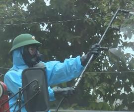 Bộ đội phun khử khuẩn tại các điểm nóng về COVID-19 tại Bình Dương