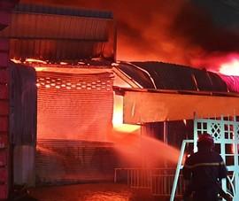 Bình Dương: Một kho hàng lớn cháy dữ dội