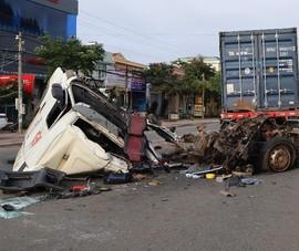 Xe container đâm vào đuôi ô tô bơm bê tông, 3 người thương vong