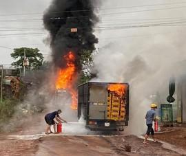Bình Phước: Xe bồn đang tiếp xăng thì bốc cháy