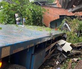 Xe đầu kéo lao vào nhà dân, cả gia đình thoát chết trong gang tấc
