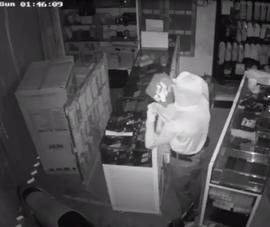 Thấy trộm qua camera, chủ tiệm chạy tới thì mất dấu