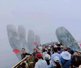Bức xúc với nữ du khách đứng trên bàn tay đỡ Cầu Vàng