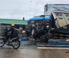 Ô tô khách va chạm xe rác, 3 người bị thương