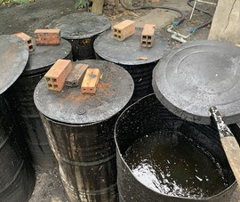 Một cơ sở mua nhớt thải về nấu thành dầu dung dịch phụ gia