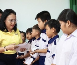 Báo Pháp Luật TP.HCM trao quà, học bổng cho học sinh Đồng Tháp