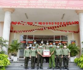 Công an Cần Thơ tặng khẩu trang cho lực lượng bảo vệ bầu cử