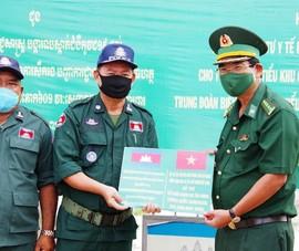 Biên phòng An Giang hỗ trợ vật tư chống COVID-19 cho Campuchia