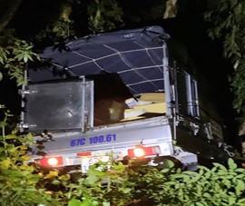 Lao xe tải chở thuốc lá lậu xuống kênh để thoát thân