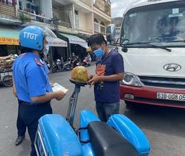 Thanh tra giao thông phạt xe đậu quanh chợ tự phát ở Chợ Lớn