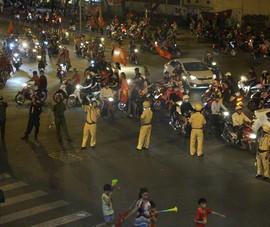 Cảnh sát dàn vòng cung chặn dòng xe đi bão