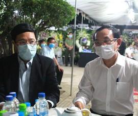 Ông Phạm Bình Minh cùng nhiều lãnh đạo viếng bác Hai Nghĩa
