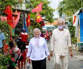 Niềm hạnh phúc của cặp vợ chồng 82 tuổi dắt tay nhau đi bầu cử