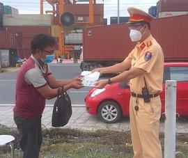 CSGT nhường cơm cho người cha đi bộ từ Quy Nhơn vào Bình Dương thăm con bệnh