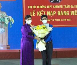 Lễ kết nạp Đảng cho một thầy giáo ngay tại điểm tiêm vaccine