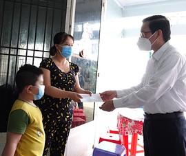 Chủ tịch Phan Văn Mãi thăm các em mồ côi vì dịch COVID-19 ở quận Bình Tân
