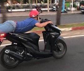 CSGT Vũng Tàu làm việc với người nằm trên yên khi chạy xe máy